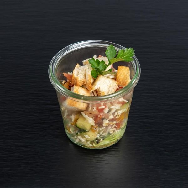 Panzanella <i>(italienischer Brotsalat mit</i> <i>Tomaten, Zucchini, Paprika, roten Zwiebeln,</i> <i>Kräutern, Oliven und Weißbrotwürfeln)</i>