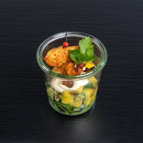 Cajun-Hähnchenspieß auf Avocado-Mango-Salat