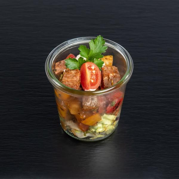 Ratatouille-Salat mit rosa gebratenem Roastbeef und Pfeffer-Aioli
