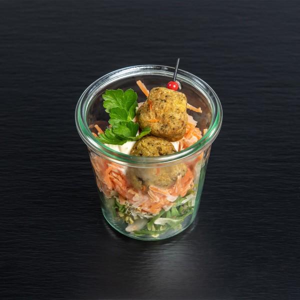 Falafelbällchen auf orientalischem Karottensalat