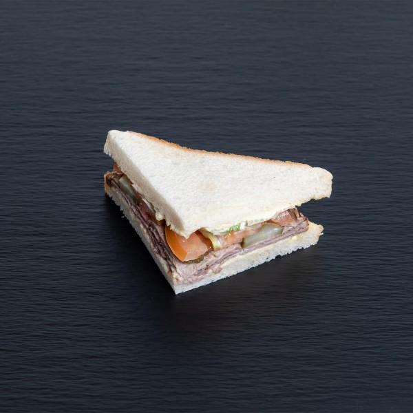 Sandwich mit Roastbeef mit Dijon-Senf-Crème und Cornichons