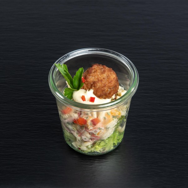 frischer, bunter Nudelsalat mit kleiner Frikadelle