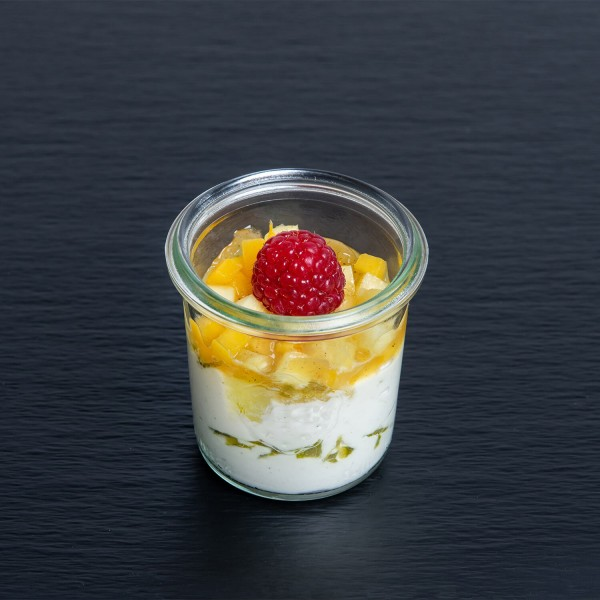 Limetten-Joghurtcreme mit Ananas-Mango-Ragout