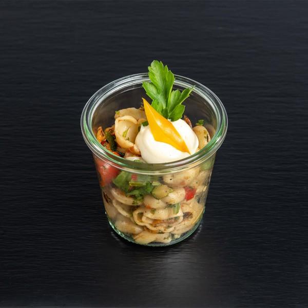 Cappelini-Salat mit Frühlingslauch, getrockneten Tomaten, Blattpetersilie und Basilikum