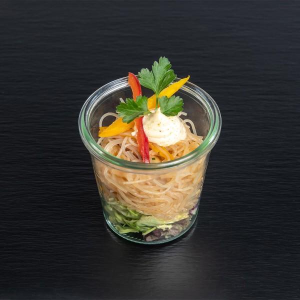Glasnudel-Salat mit Koriander, Shiitake-Pilzen und gebratenen Garnelen mit Ingwer-Chili-Dip